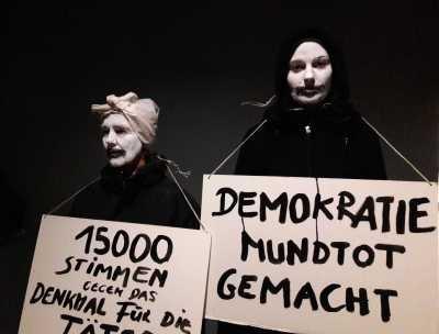 Protestierende vor dem GK-Gelände