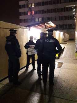 Polizisten nähern sich den Mundtoten